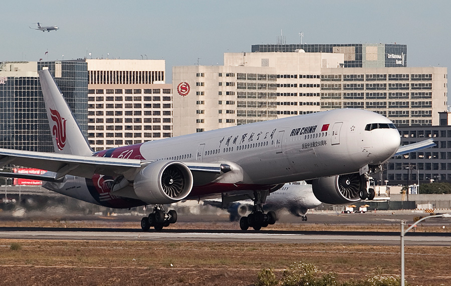 A Boeing 777 lands on the north runway at LAX. Photo by John Schreiber.