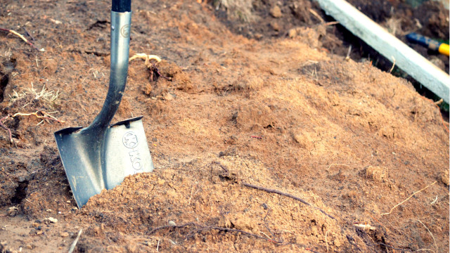 A shovel in a construction project. Photo by Kelly Sikkema/CC-BY/SA-2.0 (https://creativecommons.org/licenses/by/2.0/). https://www.flickr.com/photos/95072945@N05/10158714405/in/photolist-77oz4J-ovih5-631way-6zALN-uvnHv-dC33NZ-p8YTnb-dLVqXb-gtG4Sn-pCvSG3-24UXFL-9C3z2F-4pacoe-abbWY7-3EUTrf-6QE1PN-keEnot-4Er8Gp-9LMus7-eabcW9-62yefJ-2xTQi-o8c9ZT-eknUjg-rmdXQ-aYrrXp-4aUsUm-miEvKY-6UPqco-joykvX-8isaSL-8TrNgf-jV6E2o-bn3DPZ-g722A-8gs1dJ-nHSGJ5-rcL7Ks-7qAn2i-83q39L-4WMbqP-9RfG59-9hdWkN-9hLbo3-kgpb18-6tfFRK-jox1Ux-o1sic1-mjLMnk-nJ4rwe