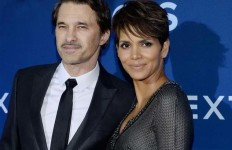 Halle Berry and her ex-husband, Olivier Martinez, pose on the red carpet.