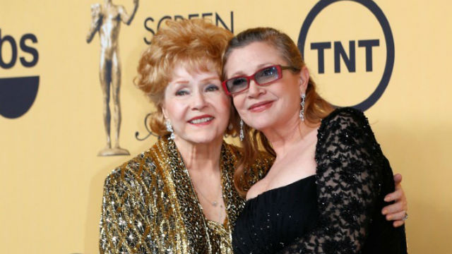 Debbie Reynolds (left) with her daughter Carrie Fisher in 2015. REUTERS/Mike Blake