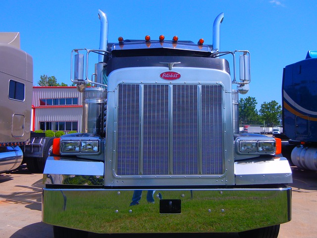 An example of an 18-wheel tractor-trailer. Photo from Pixabay.