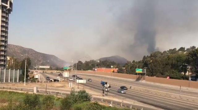 405 freeway with smoke from Skirball fire