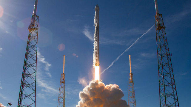 SpaceX Falcon 9 blasts off